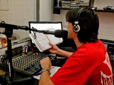 Journalism volunteer in Argentina speaks on a radio show