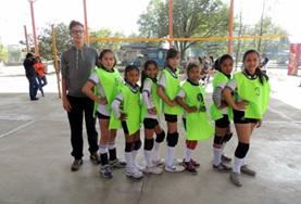 A Sports volunteer coaches a team of volleyball players in Bolivia.